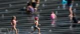 Des enfants jouent sur le Miroir d'Eau à Nantes, dans l'Ouest de la France, le 24 juillet. Photo : AFP/VNA/CVN