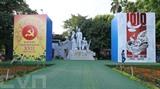 Un monument de soldats vietnamiens de Hanoï est décoré en l'honneur du 1010<sup>e</sup> anniversaire de Thang Long - Hanoï et du XVII<sup>e</sup> Congrès municipal du Parti. Photo : VNA/CVN