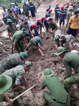 Les secouristes cherchent des survivants après un glissement de terrain dans la province de Quang Nam, le 30 octobre. Photo : VNA/CVN