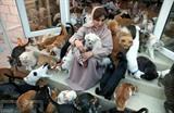 Maryam al-Balouchi s'occupe de ses animaux de compagnie dans sa maison à Mascate, la capitale d'Oman, le 20 novembre 2020. Photo : AFP/VNA/CVN<br />