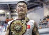 Le boxeur Truong Dinh Hoàng avec la ceinture des poids super-moyens de la World Boxing Association d'Asie, le 15 février à Manille, aux Philippines. Photo : VNA/CVN