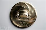 Au Royaume-Uni, une pièce de 7.000 livres et 7 kg pour le 25<sup>e</sup> James Bond. Photo : AFP/VNA/CVN