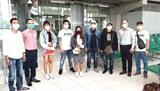 Les sept Vietnamiens coincés à l'aéroport Suvarnabhumi avec des cadres de l'ambassade du Vietnam en Thaïlande et des agents de Vietnam Airlines avant leur rapatriement,le 9 avril. Photo : VNA/CVN