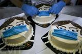 Un pâtissier palestinien parachève un gâteau promouvant le port du masque contre le nouveau coronavirus dans sa pâtisserie à Khan Younès, dans le Sud de la bande de Gaza. Photo : AFP/VNA/CVN<br /> <br />