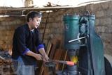 Le métier de la forge traditionnelle aide les H'mông dans le district montagneux de Mù Cang Chai, province de Yên Bai (haute région du Nord) à réduire la pauvreté. Photo : VNA/CVN<br />