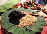 Riz gluant cuit et fermenté pendant quelques jours, un des plats que l'on mange à l'occasion du Têt Doan Ngo (le 5<sup>e</sup> jour du 5<sup>e</sup> mois lunaire). Photo : VNA/CVN