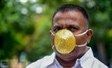L'Indien Shankar Kurhade porte son masque en or, réalisé sur mesure. Photo : AFP/VNA/CVN