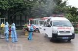 Désinfection d'un véhicule entrant dans l'hôpital de campagne de Hoa Vang le 1<sup>er</sup> août à Dà Nang. Photo : VNA/CVN