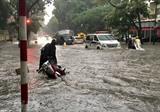 Inondations dans plusieurs rues de la capitale Hanoï dans la soirée du 17 août. Photo : VNA/CVN