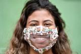 Une femme porte un masque transparent confectionné par des couturières d'une favela de Belo Horizonte, au Brésil. Photo : AFP/VNA/CVN