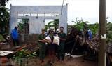 Le poste-frontière de Vinh Hai, dans la province de Soc Trang au Sud, offre des cadeaux aux familles endommagées par la tornade. Photo : VNA/CVN
