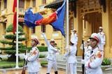 Le Vietnam hisse le drapeau de l'ASEAN pour célébrer le 53<sup>e</sup> anniversaire de l'ASEAN. Photo : Lâm Khanh/VNA/CVN