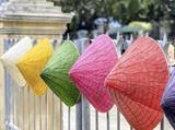 Les chapeaux coniques en feuille de lotus sont faits par un jeune peintre originaire de Huê. Photo : VNA/CVN<br /> <br />