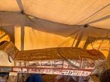 Un des quatorze cercueils vieux de 2.500 ans découverts dans un puits funéraire à la nécropole désertique de Saqqara, au sud du Caire, le 20 septembre. Photo : AFP/VNA/CVN