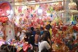 A Hô Chi Minh-Ville, bon nombre de clients choississent les lanternes traditionnelles. Photo : Quang Châu/CVN<br /> <br />