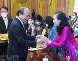 Le président vietnamien Nguyên Xuân Phuc a reçu une délégation de personnes âgées à l'occasion de la Journée internationale des personnes âgées (1<sup>er</sup> octobre) et du Mois d'action pour les personnes âgées (octobre). Photo : VNA/CVN