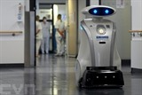 Le robot Franzi nettoie l'entrée de la clinique de Munich Neuperlach, dans le Sud de l'Allemagne, le 12 février 2021. Photo : AFP/VNA/CVN