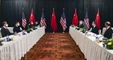 Les délégations chinoise et américaine à la première réunion de haut niveau entre les deux pays, le 18 mars en Alaska. Photo : AFP/VNA/CVN