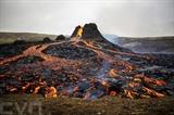 La lave coule le long du volcan en éruption Fagradalsfjall, à quelque 40 km à l'ouest de Reykjavik, en Islande, le 21 mars. Photo : AFP/VNA/CVN