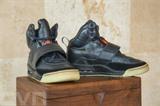 Photo fournie par Sotheby's de la paire de basket de Kanye West vendue au prix record de 1,8 million d'USD. Photo : AFP/VNA/CVN<br /> <br />