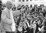 Le 25 novembre 1961, le Président Hô Chi Minh rencontre des étudiants de l'École centrale d'art dramatique à Hanoï. Photo : Archives/VNA/CVN