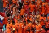 La joie des Néerlandais après l'ouverture du score sur pénalty par leur attaquant Memphis Depay face à l'Autriche, lors de la 2<sup>e</sup> journée du groupe C à l'Euro 2020, le 17 juin à Amsterda. Photo : AFP/VNA/CVN