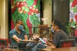 Les salons de coiffure et les établissements de restauration à Hanoï reprennent leurs activités. Photo : VNA/CVN