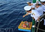 Une couronne de fleurs est lâchée en mer en mémoire des soldats tombés pour Truong Sa (Spratly). Photo : VNA/CVN