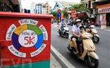 Une affiche appelant les gens à respecter strictement le message dit des 5K. Photo : Thành Dat/VNA/CVN