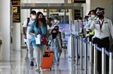 Des touristes étrangers à l'aéroport de Phuket en Thaïlande, le 1<sup>er</sup> juillet. Photo : AFP/VNA/CVN