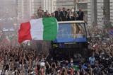 Les joueurs italiens fêtent leur titre européen avec la foule lors d'une parade sur un bus à impériale, le 12 juillet à Rome. Photo : AFP/VNA/CVN