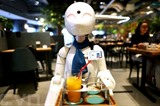 Un robot sert des clients au café Dawn à Tokyo. Photo : AFP/VNA/CVN