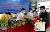 Les bienfaiteurs ont remis des cadeaux aux travailleurs et habitants touchés par le COVID-19 à Hanoï.