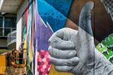 L'artiste Nacle peint une fresque murale géante en hommage aux soignants sur un mur de l'hôpital de Besançon, le 8 septembre. Photo : AFP/VNA/CVN